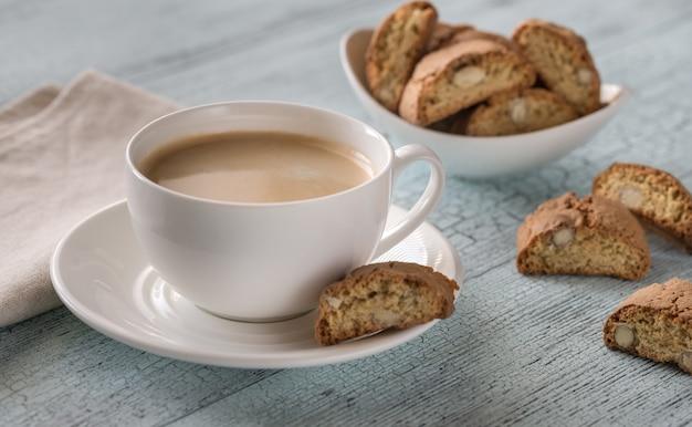 Tazza di caffè con cantuccini