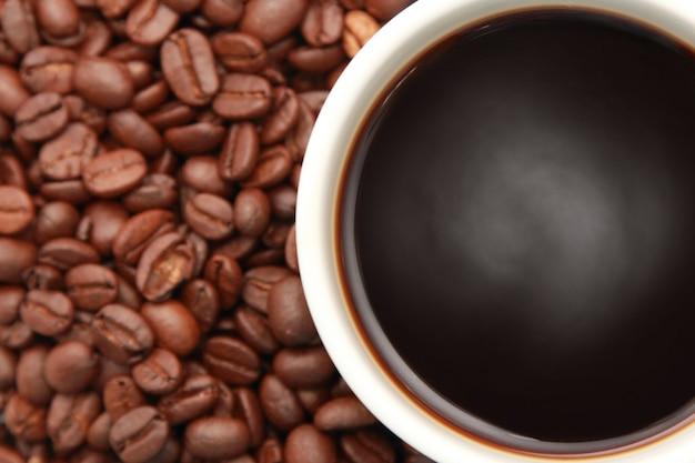 Tazza di caffè con chicchi di caffè
