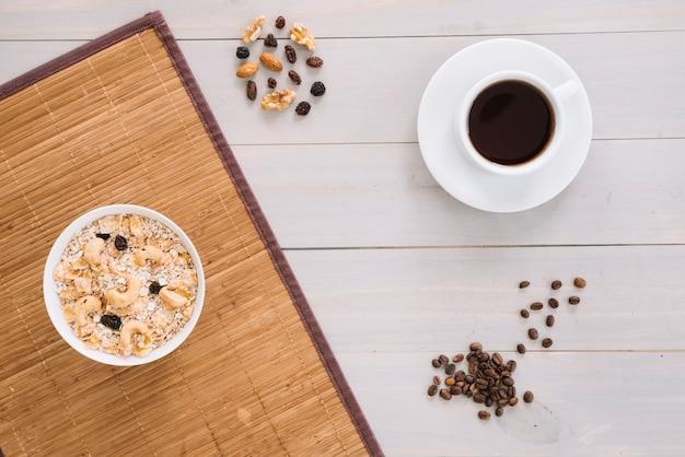 Tazza di caffè con farina d'avena nella ciotola