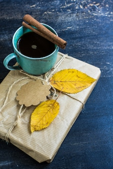 Tazza di caffè con foglie autunnali come un concetto stagionale