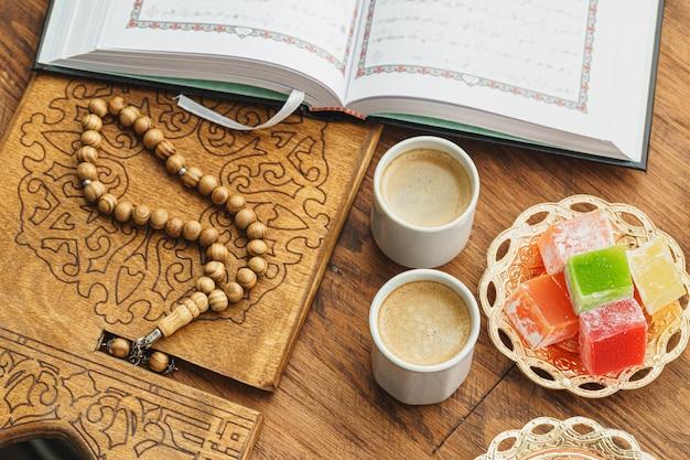 Tazza di caffè con i dolci orientali sulla fine di legno della tavola su