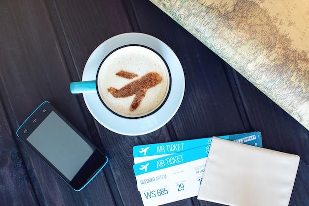 Tazza di caffè con l'aeroplano di cannella su schiuma