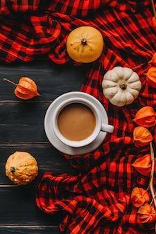 Tazza di caffè con latte concetto di autunno. foto di still life