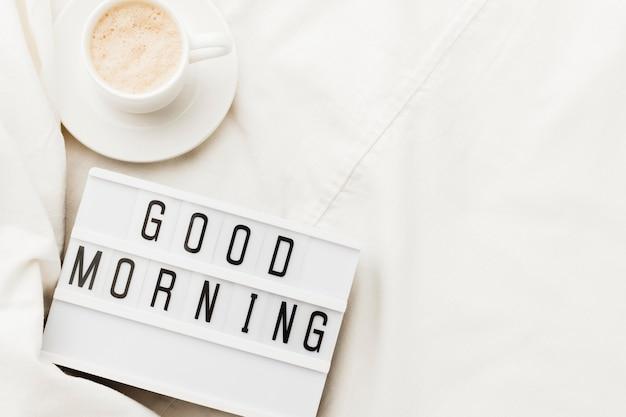 Tazza di caffè con messaggio di buongiorno