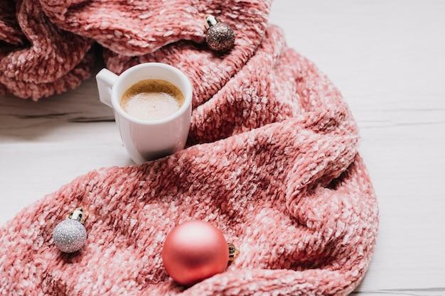 Tazza di caffè con palline lucenti