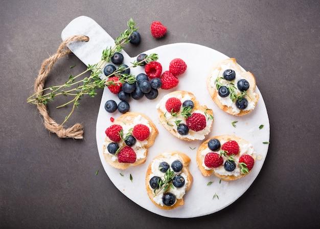 Tazza di caffè con panini alla frutta