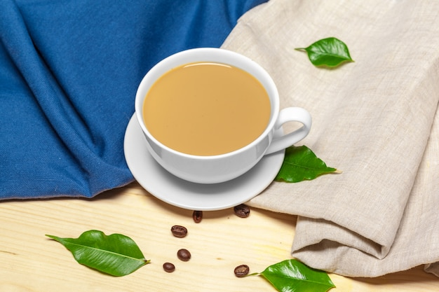 Tazza di caffè con piattino su una vista dall'alto di sfondo in legno