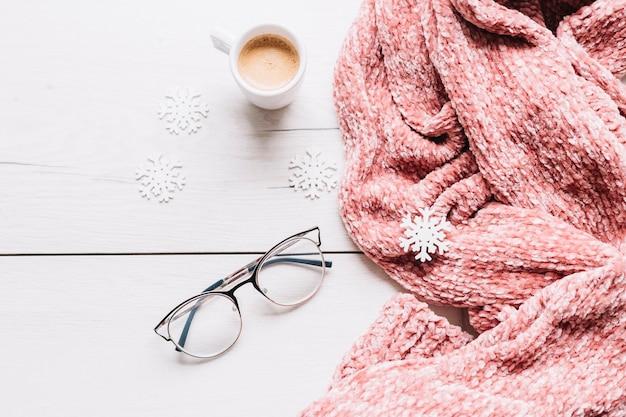 Tazza di caffè con piccoli fiocchi di neve