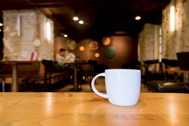Tazza di caffè con sfondo sfocato