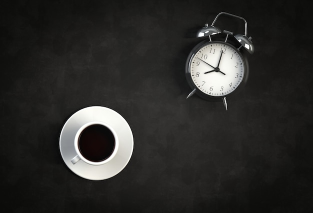 Tazza di caffè con sveglia su sfondo nero
