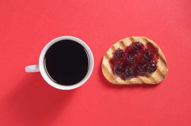 Tazza di caffè con toast alla marmellata di ciliegie