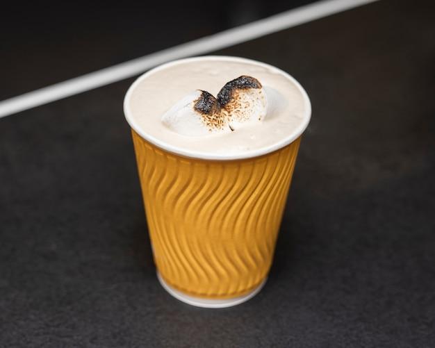 Tazza di caffè del primo piano con latte e le spezie