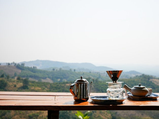 Tazza di caffè dell'attrezzatura su legno con il mountain view a nan, tailandia