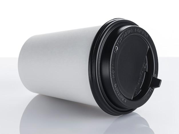 Tazza di caffè di carta a gettare su superficie bianca