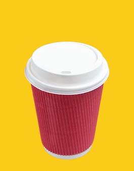 Tazza di caffè di carta gialla su giallo.