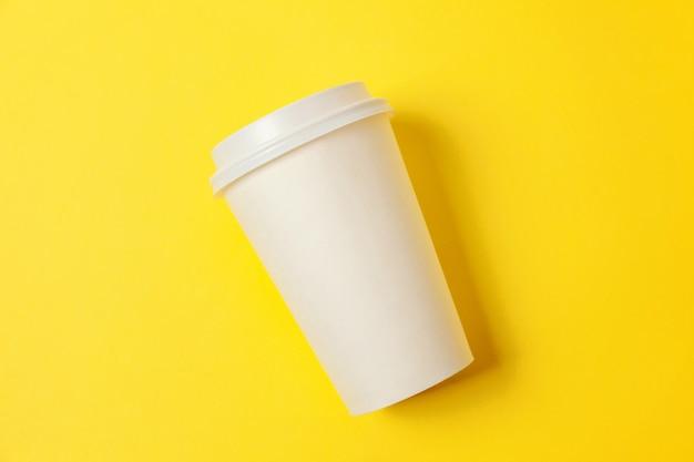 Tazza di caffè di carta su fondo giallo