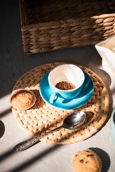 Tazza di caffè di vista dell'angolo alto con i muffin