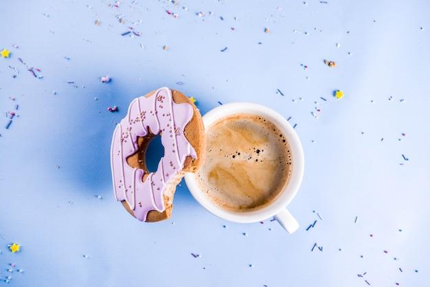 Tazza di caffè e biscotti ciambella con rivestimento di zucchero