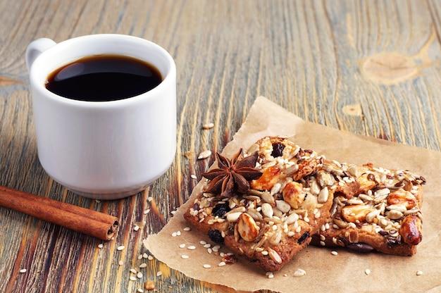 Tazza di caffè e biscotti con noci sulla vecchia tavola di legno