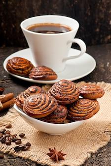Tazza di caffè e biscotti con semi di papavero