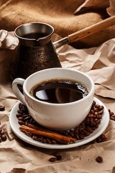 Tazza di caffè e cezve per caffè turco