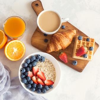 Tazza di caffè e croissant su bianco. colazione del mattino