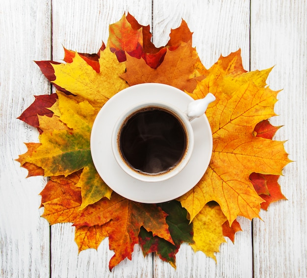 Tazza di caffè e foglie d'autunno