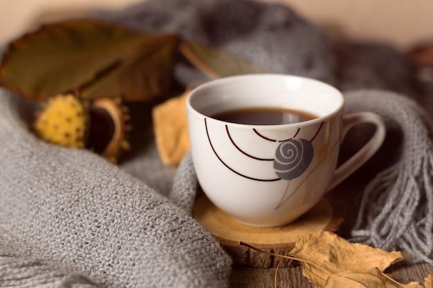 Tazza di caffè e maglia grigia. concetto di autunno.