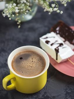 Tazza di caffè e marshmallow fatti in casa
