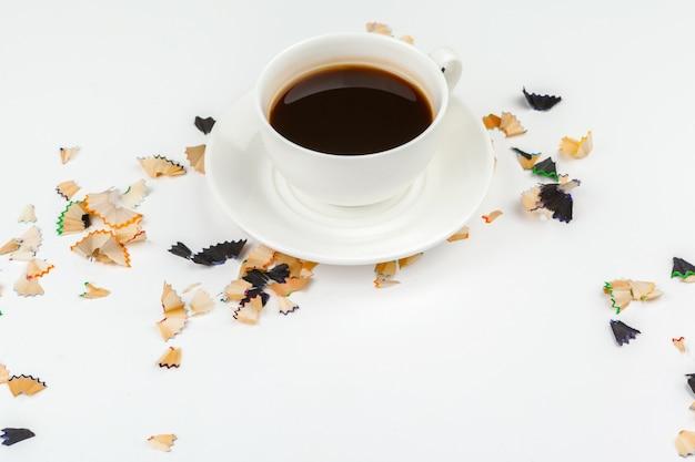 Tazza di caffè e matite affilate con rasatura a matita