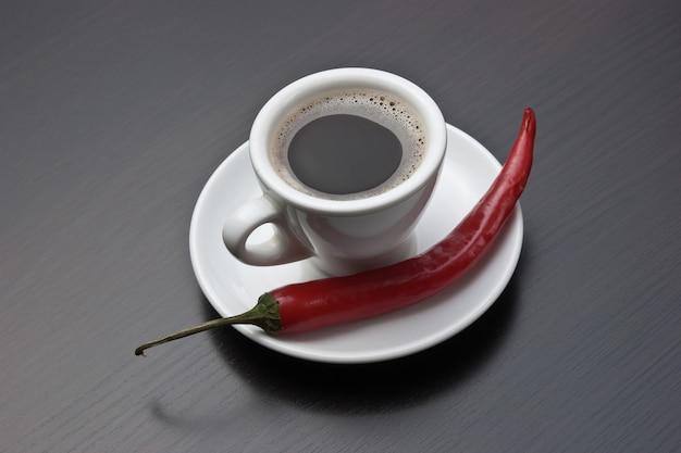 Tazza di caffè e peperoncino rosso
