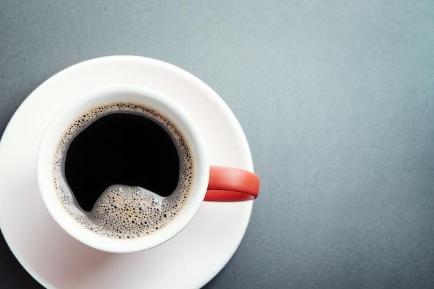 Tazza di caffè e piattino bianco