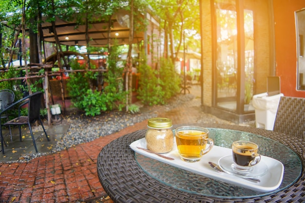 Tazza di caffè e tè con barattolo di zucchero sul tavolo