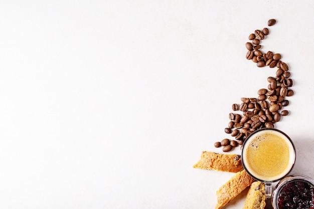 Tazza di caffè espresso con cantucci di mirtilli rossi