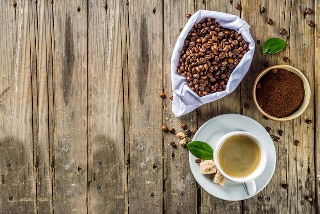 Tazza di caffè espresso con chicchi di caffè