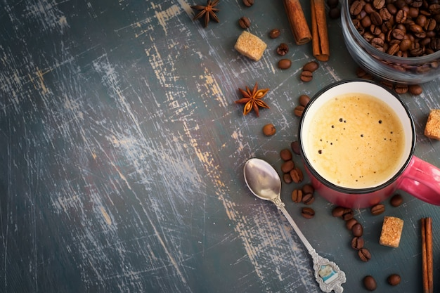 Tazza di caffè espresso e chicchi di caffè su uno sfondo shabby, vista dall'alto