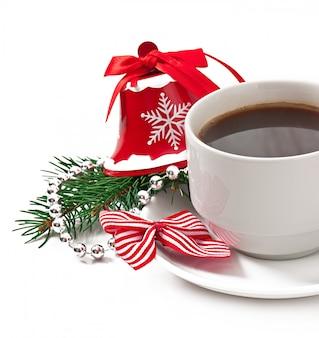 Tazza di caffè espresso e decorazioni natalizie