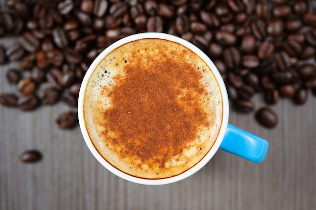 Tazza di caffè espresso fresca con cannella, vista dall'alto