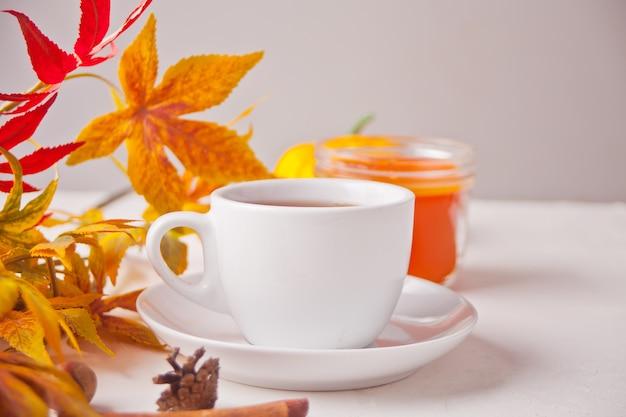 Tazza di caffè, foglie di autunno, biscotti sul tavolo di legno. vendemmia autunnale. concetto di autunno.
