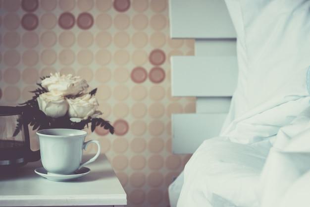 Tazza di caffè in camera da letto