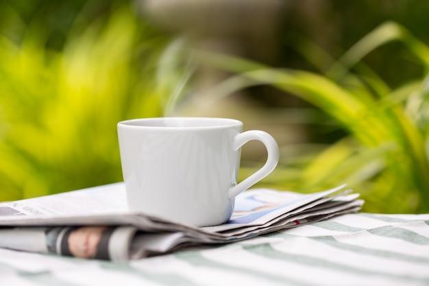 Tazza di caffè in giardino