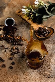 Tazza di caffè in superficie scura. concetto di caffè con energia