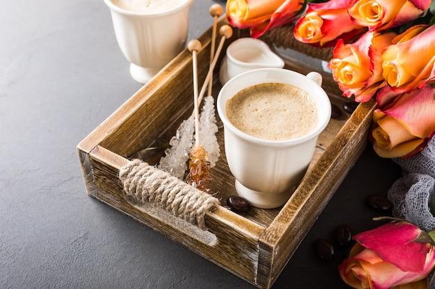 Tazza di caffè nel vassoio in legno d'epoca