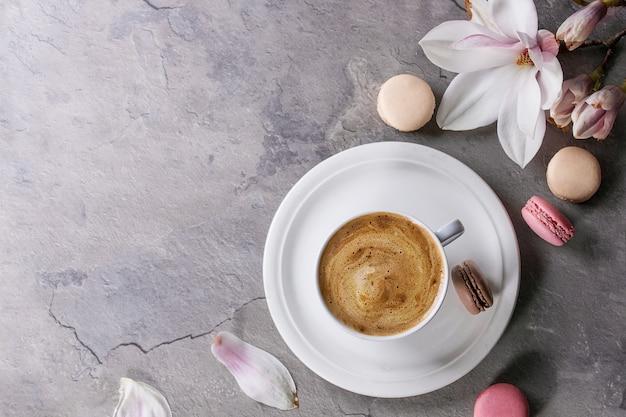 Tazza di caffè nero con magnolia