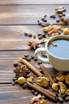 Tazza di caffè nero espresso con spuntini sani