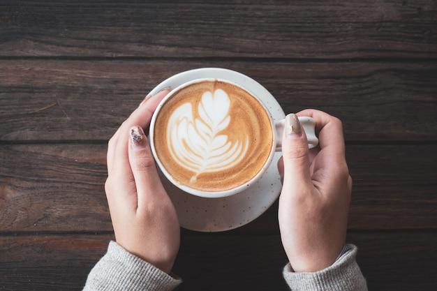 Tazza di caffè per la colazione nelle mani