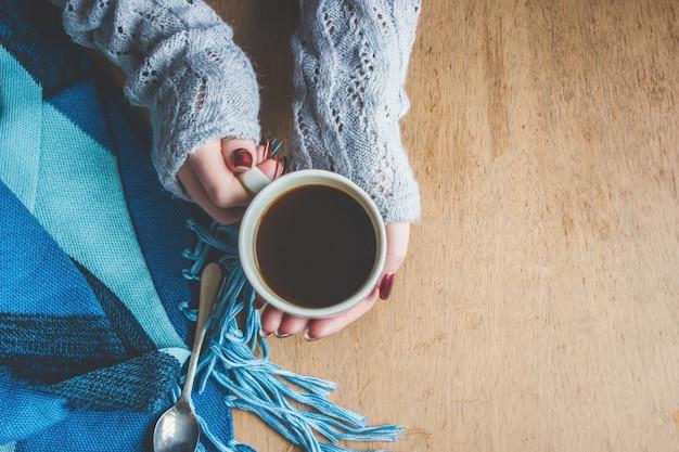 Tazza di caffè per la colazione nelle sue mani. messa a fuoco selettiva
