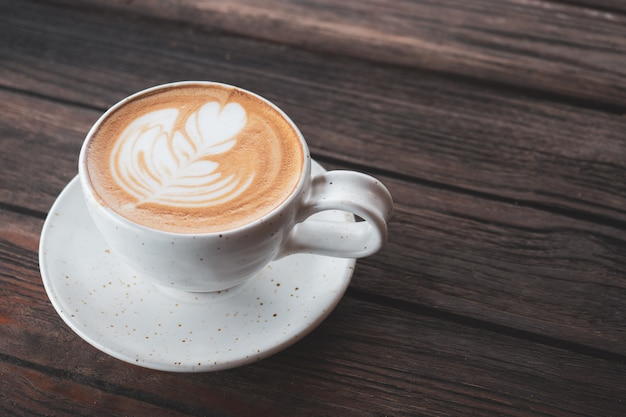 Tazza di caffè per la colazione sul tavolo. aggiunto tono vintage.