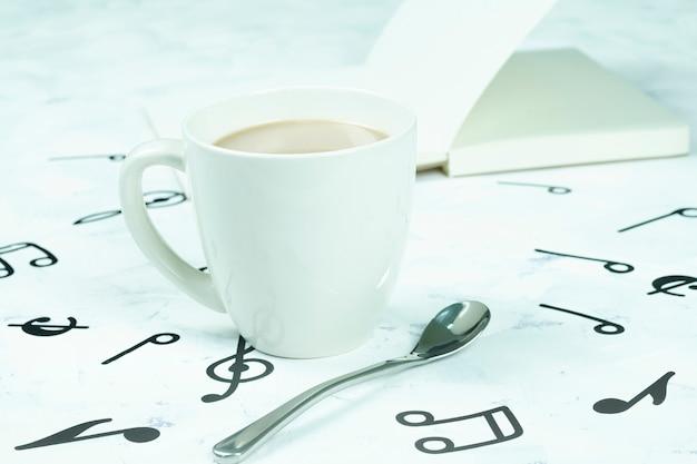 Tazza di caffè posizionata sul pavimento, modello di nota musicale