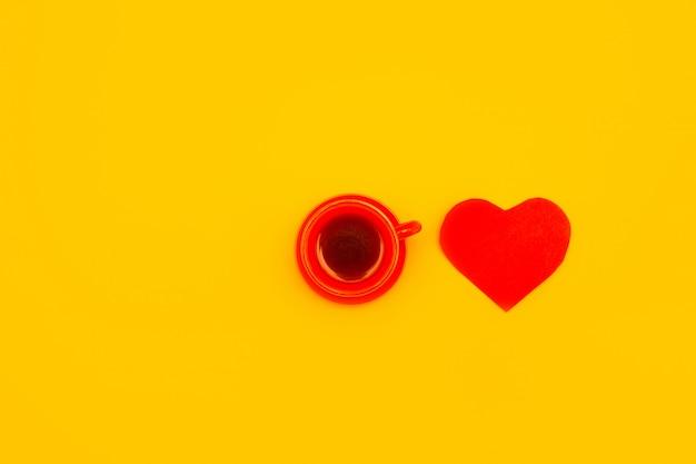 Tazza di caffè rossa con un cuore